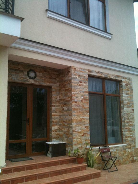 Отделка натуральным камнем фасадов, цоколей